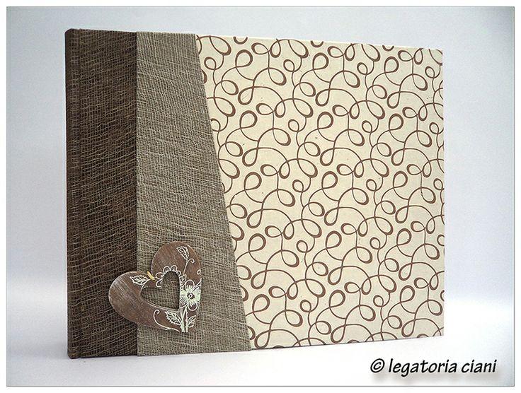 Album in carta lokta . cuore in legno dipinto.