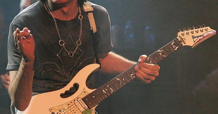 Como fazer a fiação em uma guitarra HSH. HSH é a abreviação para uma guitarra com uma configuração de captadores formada por um humbucker, um single coil, e outro humbucker (um captador duplo, um simples, e outro duplo). Esta configuração é popular entre guitarristas que estão procurando por um amplo alcance de opções de tons, mas não desejam carregar múltiplos instrumentos. A fiação de ...