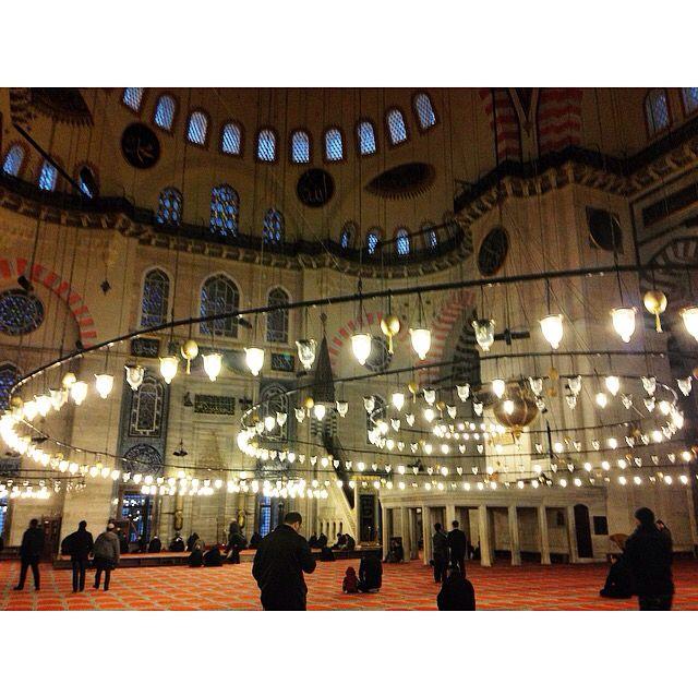 koşuyorum…  gökyüzüne uzanan şehre.  ışık dolu şehir bu gece.  ilahi davetin huzurunda,  bir ulu mabete,  içimi delip geçen Süleymaniye  ve içinde cennetler saklı İstanbul a..  tezkiye oldum,  felah bulduğum saatlerdi  Süleymaniye de hakikat gözlerimi yaktı.  yalana durmuş halimize  küf ve pas kokan hayatımıza  bu gecenin büyüsü iniyor..  beni esir alan günahlarımı döktüm  ince bir sızı gezinir şimdi  hayatım silinir tevbe kadar …  ve hayatlarımız tazelenir..  bir rüyadayım bilemezsin,  beni…