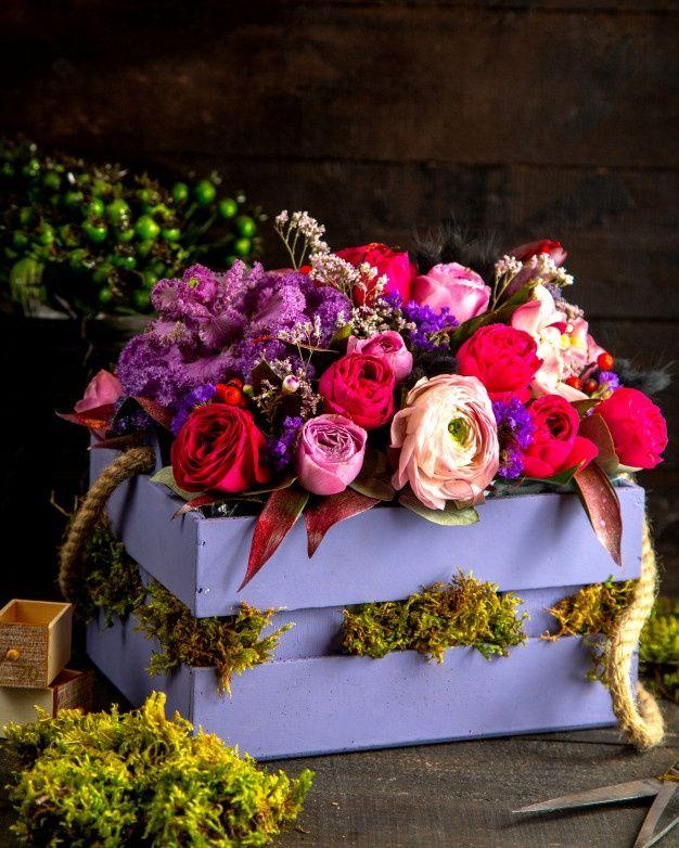 Pobierz Widok Z Boku Roz I Liliowy Kolor Roz Kompozycja Kwiaty W Drewniane Pudelko Za Darmo Tiny White Flowers Beautiful Red Roses Spring Roses