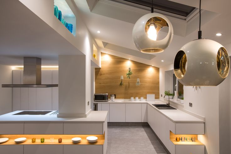 Ultra sleek and modern kitchen using BA Components Bella Knebworth door in Porcelain White.