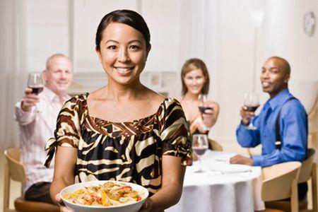 El ARROZ amarillo con PASAS un plato de la cocina sudafricana fácil, barato, rápido y sano para disfrutar de las otras comidas del mundo en su mesa.