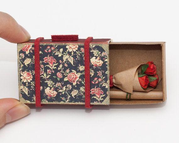 Valentinstagskarte personalisierte Vintage Koffer Karte / Custom Card / Geburtstagsgeschenk / Streichholzschachtel mit Blumenstrauß aus Rosen / Black Floral / SC001   – Papeleria