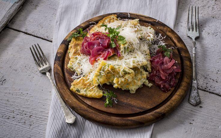 Petrezselymes császármorzsa - pecorino sajttal, hagymalekvárral | Olaszos  könnyű  fogás,  igazi  gourmet ízkavalkád, amiben a peccorino sajt aromás íze, a hagymalekvár édeskés zamata és a petrezselyem frissessége lágyan keveredik egymással. A peccorino egy olasz juhsajt, amiből alapvetően négyféle készül: a római, szardíniai, toszkán és a szicíliai. Az időszámításunk utáni első évszázadból már pontos leírást találunk a peccorino elkészítési módjáról, mely metódus az azóta eltelt majdnem…