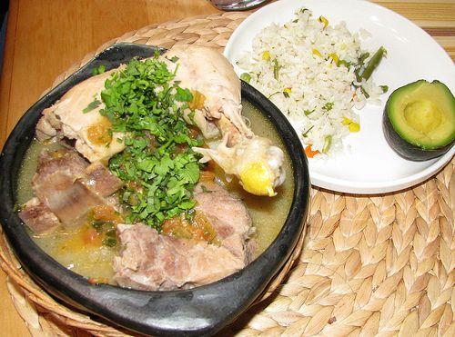 Comida Colombiana sancocho con arroz blanco con verduras y aguacate