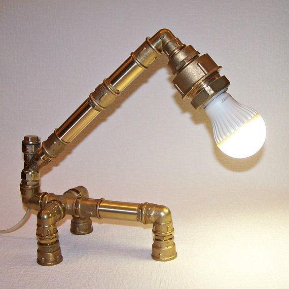 Lampe tube en laiton. Lampe de bureau industrielle. Lumière de Tube de Steampunk. Lampe de Table rustique. Eclairage industriel. Loft Style Decor. Lampe de Table de chambre à coucher.