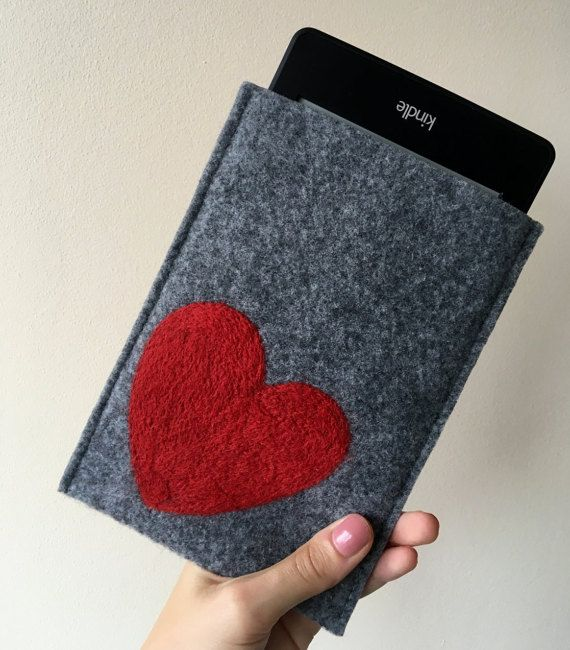 felt kindle cover. handmade kindle paperwhite case. kindle voyage etui with red heart. wool ereader case. gray amazon kindle cover. red heart dry felted
