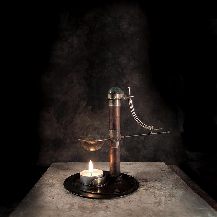 Aromalampa Steampunk Sissi Aromalampa Steampunk Sissi je robustní a je vytvořena v secesním stylu,který byl inspirací pro vznik celosvětového hnutí steampunk. Pro secesi je velmi typický materiál mosaza dá se říct, že po litině to byl jeden z nejčastěji používaných kovů Měděný sloupek, který drží kalíšek, zdobí kapka ze zeleného mramoru. Základna je zhotovena ...