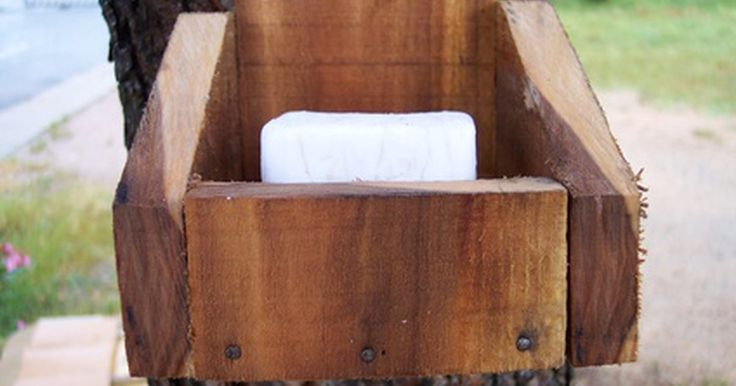 Sabonete de lixívia caseiro com moldes de madeira. Fazer um sabonete de lixívia caseiro pode parecer um processo complicado, mas quando você usar o seu próprio sabonete natural, valerá a pena todo esforço. Esse tipo de sabonete limpa a pele sem a necessidade de aditivos químicos que são normalmente encontrados nos sabonetes produzidos comercialmente. Como resultado, fazer o próprio sabonete ...