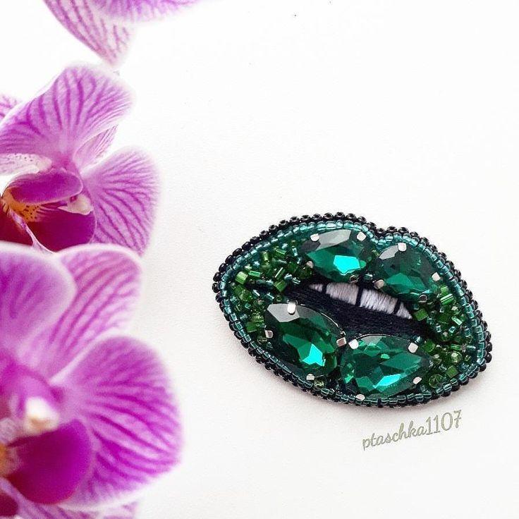 """@Regranned from @ptaschka_1107 - Кто за креатив и неординарность??? Долой стереотипы Скажи - """"ДА!"""" - НОВЫМ КРАСКАМ . Брошь """"Изумрудный поцелуй"""" в наличии . ✔Успей забронировать . #handmade_jewellery #handmade_ru_jewellery #mir_handmade_you #mir_handmade_reklama #handmade_oops #hm_mir_hm #hm_planet #hm_ideas_for_you #handmadeaccessories #брошьгубы #брошьназаказ #брошь #брошьказань #брошьуфа #брошьмосква #украшениямосква #handmade_fifi - #regrann"""