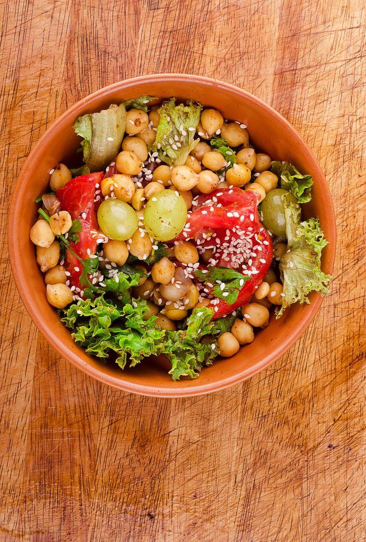 Салат с нутом, помидорами и виноградом