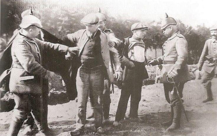 Controle van Belgen aan de Nederlandse grens. Er was de klassieke grenssmokkel. Ondanks de grensbewaking door de Duitsers werden nog steeds veel goederen overgesmokkeld.