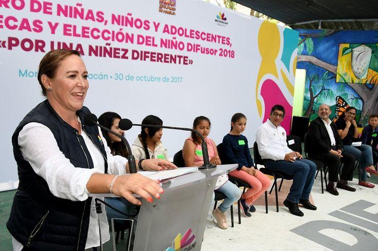 El Sistema DIF Michoacán entregó becas a 294 niñas y niños de 19 municipios en situación de riesgo de trabajo infantil – Morelia, Michoacán, 30 de octubre de 2017.-La niña ...