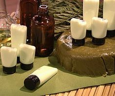 Sais hidratantes: - Receita para 100g Ingredientes: 80g de sal fino para cosméticos 20g de sulfato de magnésio 3 ml de essência de amêndoas 10ml de óleo de amêndoas 3 gotas de corante alimentício marrom