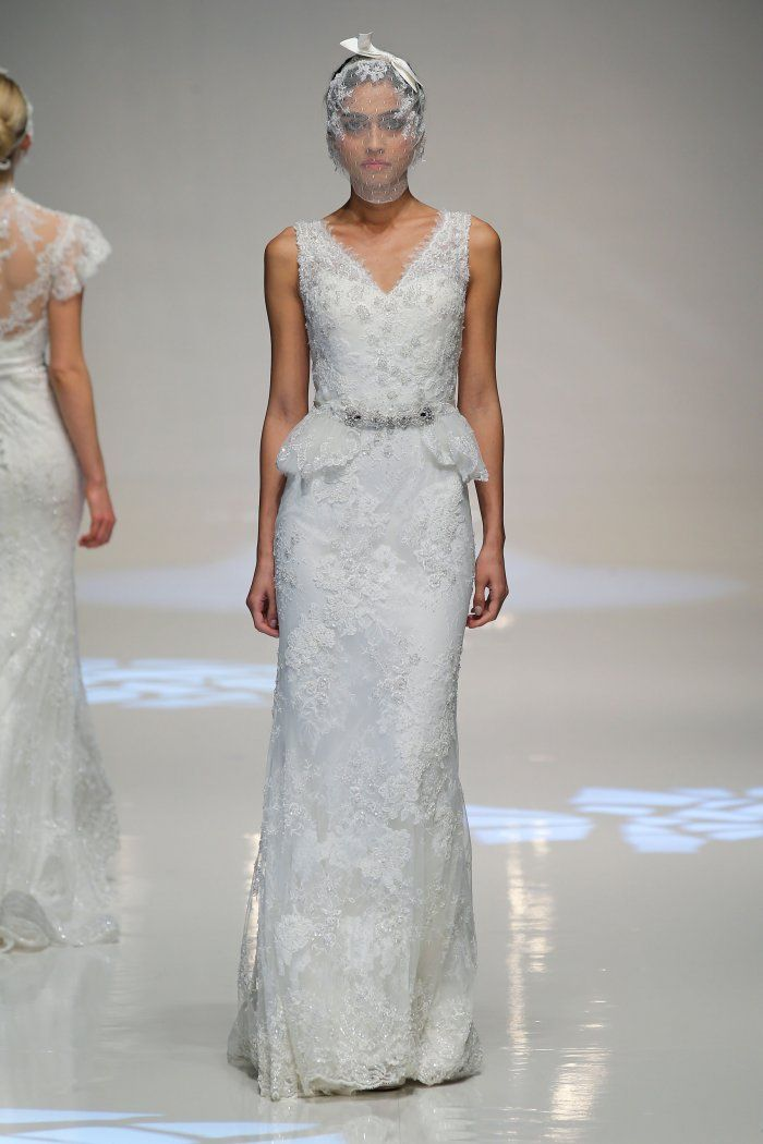Robe de mariée dentelle Lusan Mandongus collection 2014. Toujours plus d'idées petit budget ici http://www.veuxtumebloguer.fr/robe-de-mariage/20-robes-en-dentelle-ideales-mariage-piochees-pret-porter/