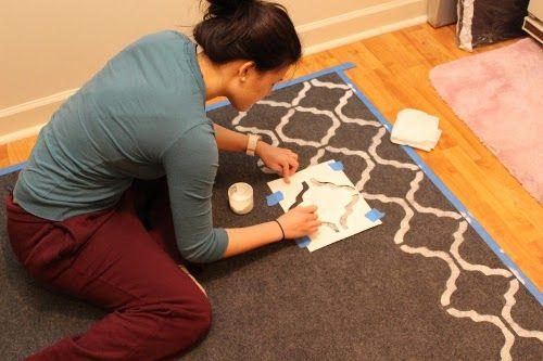 Pintando alfombra con plantilla tipo stencil para cenefa