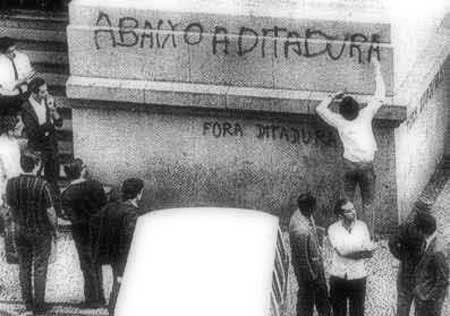 Passeata dos Cem Mil, manifestação popular de protesto contra a Ditadura Militar no Brasil, ocorrida em 26 de junho de 1968, na cidade do Rio de Janeiro. Fonte: Instituto Durango Duarte - Repositório Digital do Ambiente de Pesquisa Passeio Virtual Disponível em: http://idd.org.br/acervo/protesto-contra-ditadura-militar/ ;. Acesso em 29 de out de 2016