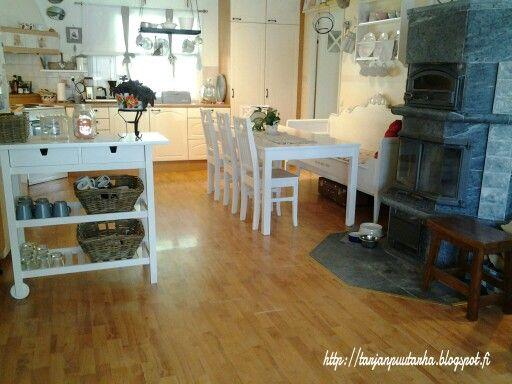 Keittiössä pieni tuunaus. Pöytä tuolit ja taso maalattu valkoiseksi.