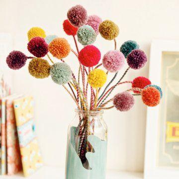 un bouquet de fleurs réalisées en pompons de laine de couleur - tuto marie claire idées