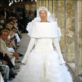 Célèbre pour son sens aiguë de la scénographie, Karl Lagerfeld, le directeur artistique de Chanel, réalise chaque semaine de la haute couture des défilés grandioses. Avec pour clou de show incontournable l'arrivée de la mariée, qui est incarnée chaque saison par les plus grands tops du moment: Claudia Schiffer, Lara Stone ou encore Kendall Jenner. Alors que la maison de la rue Cambon présentera aujourd'hui sa nouvelle collection automne-hiver 2016-2017, retour en images sur les plus b...