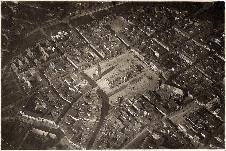 Lata 1915-1925 , Znalezione w papierzyskach mojej prababki: Widok lotniczy z kierunku południowo-wschodniego części Starego Miasta z Rynkiem Głównym. Całkiem dobrze widać nieistniejące torowiska tramwajowe. Nie ma jeszcze budynku Feniksa na miejscu pustej parceli przy Rynku.Zbiory prywatne-Lucas