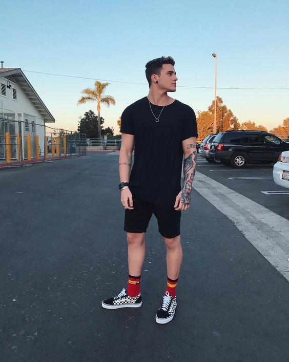 ... Masculina  Tendências Masculinas para o VERÃO 2018 - Roupa de Homem.  Moda Masculina Verão 2018. Meia Levantada 3c45d92677e