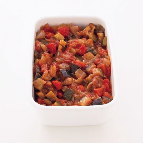 野菜をたっぷり加えたトマト煮込みをソースに「ラタトゥイユソース」のレシピです。プロの料理家・渡辺麻紀さんによる、なす、ズッキーニ、玉ねぎ、パプリカ、にんにく、トマト缶などを使った、527Kcalの料理レシピです。