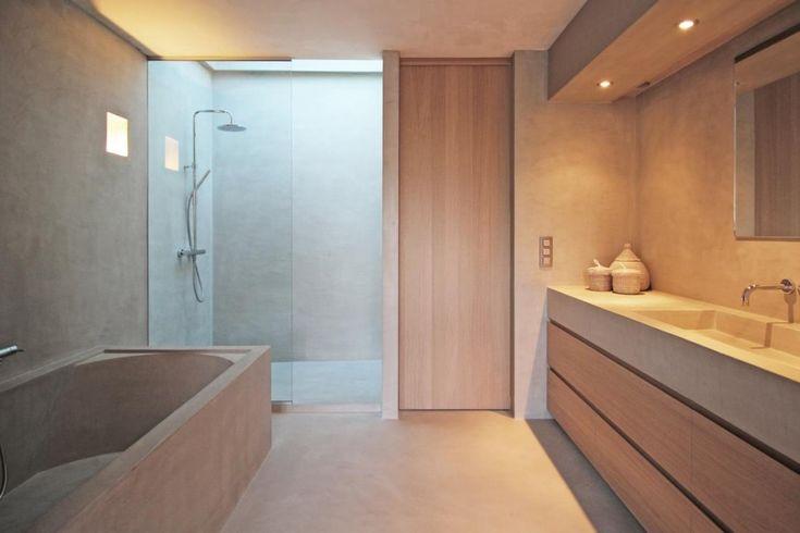Badkamer interieur met eik en microtopping/mortex. Maatwerk van A tot Z | www.biwood.be