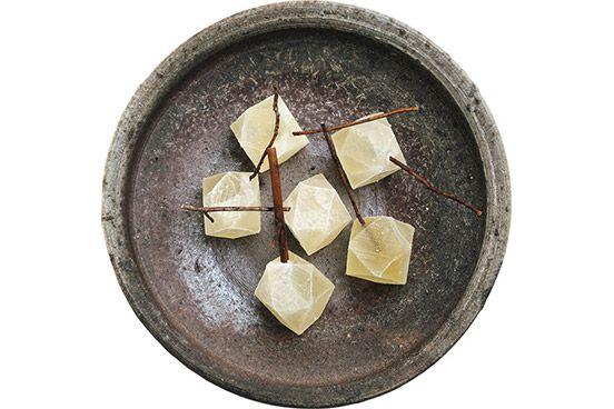 京のおやつと箸休め|〈木と根〉鉱物の実。 | 四条烏丸に近い路地奥にひっそり佇む、器と道具を扱うショップ〈木と根〉。店の一角で販売されている、見た目も菓銘も和菓子の概念にとらわれないフリースタイルの干菓子。斬新な和菓子を提案するユニットとして知られた〈日菓〉で活躍した杉山早陽子さんが手がけ、今年立ち上げたばかりの工房〈御菓子丸〉で数量限定製作している。