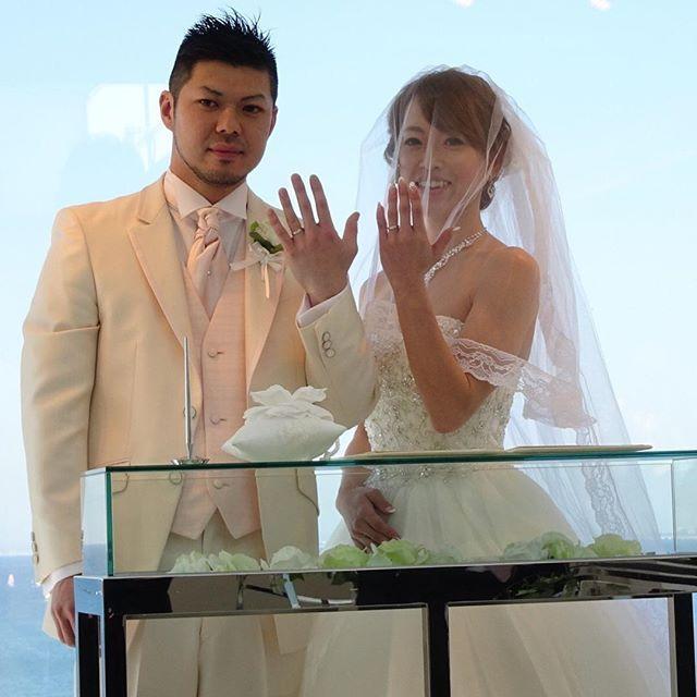 【asami.y.hana】さんのInstagramをピンしています。 《#ドレス がカワイ過ぎて#結婚式 の最中もずっと#ニヤニヤ 😊 #後撮り する予定だけど このドレス以上に#着たいドレス 見つかるかな… #結婚指輪 の披露💍 #人前式 #海 #スケープスザスイート #快晴 #beach #wedding #bridal #chapel #church #森戸海岸 #フォーシスアンドカンパニー #胸元ビジュー #ロングベール #ヘアメイク #リルリンダ #blue #sky #sea #scapesthesuite #ocean #夫婦 #ウェディングドレス #ウエディングドレス》