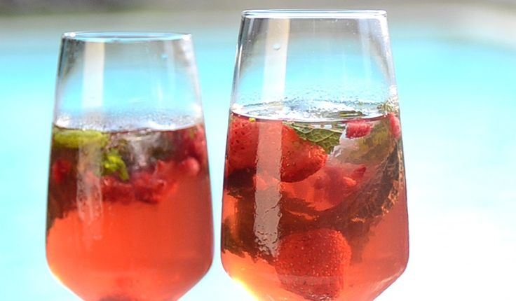 ¿Cómo vas a brindar por el Año Nuevo? Mira nuestra sugerencia ...  #Sangría_frutos_rojos #recetas #bebida #sangría #navidad #añonuevo #frutosrojos #champán