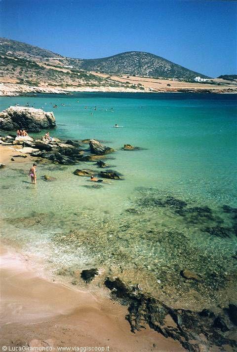Paros - Faranga Beach il faut marcher sur les rochers et s arreter a la troisieme crique, plage de sable connue seulement des gens de paros