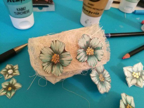 Orecchini fiori azzurri e oro , dipinti a mano e plastificati.