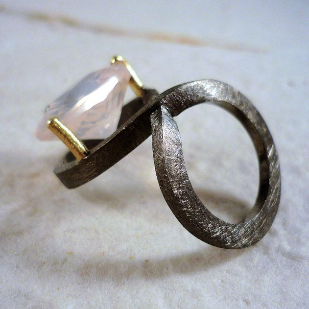 Eight. Shaped ring eight silver black rhodium, 18K gold and rose quartz faceted. de RosaTejadaJoies en Etsy