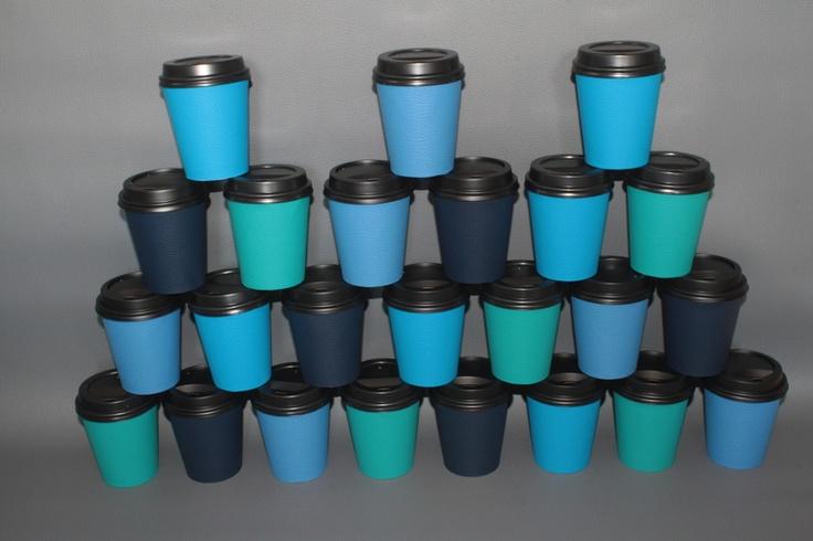 Adventskalender aus Coffee to go Bechern, welche liebevoll mit Kunstleder beklebt wurden.    Der Kalender besteht aus je 6 Coffee to go Bechern in tür