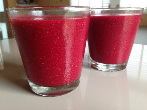 Een heerlijke kleurrijke powerboost smoothie die je gezondheid een ware boost geeft vanwege de heilzame ingrediënten. Naast gezond ook heel erg lekker!