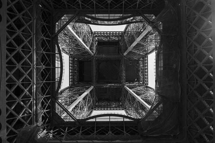 La Torre Eiffel vista desde abajo. Eiffel Tower, Tour Eiffel. B&W.