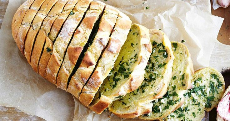 This simple garlic bread recipe is a match made in heaven for all kinds of pasta dishes.