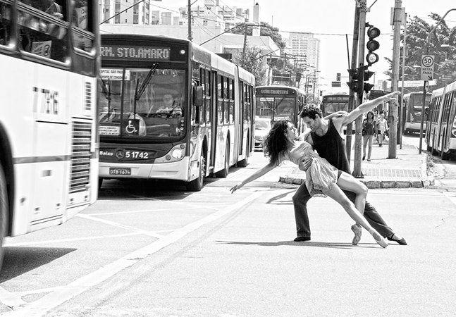 Já mostramos aqui no Hypeness o trabalho de uma fotógrafa que registrou bailarinas por Nova York. E como valorizamos o trabalho dos artistas brasileiros, hoje viemos mostrar a arte de uma fotógrafa que capta a leveza do balé nas ruas da capital paulista. Duas realidades à princípio bem distantes: a leveza, harmonia e elegância do balé e o movimento, a desordem e a correria de uma grande cidade como São Paulo. A fotógrafa Fernanda Kirmayr decidiu juntá-las nessa série de fotos. Chamado de…