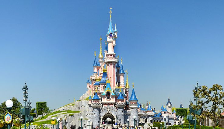 Des navettes assurent la liaison vers les parcs Disneyland Paris et la gare de TGV. Hop on the free shuttle to Disney parks and the TGV station. #hotel #MarneLaVallee #DisneylandParis