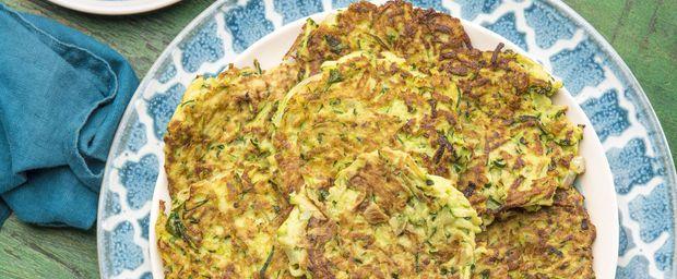 Deze courgettekoekjes zien er heel mooi uit op een schaal. Feestelijk en gezellig. Ik ken niet veel onopvallende Turkse gerechten. Alles mag opvallen, alles is kleurig, feestelijk en roept een gevoel van warmte en gezelligheid op. Voor mij is die gezelligheid n warmte het mooiste aan de Turkse keuken. Daarbij smaakt het ook nog eens ontzettend lekker.