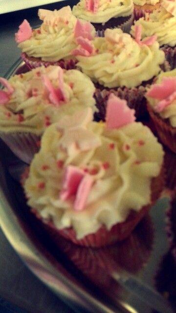 Vanille/chocoladecupcake met zelfgemaakte botercrème en (zalm)roze vlinders van suikerpasta met roze sprinklers