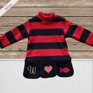 """Cendrillon jurk van Weekend a la mer met blauw rode strepen. Mooie applicaties geborduurd onderaan op de rok en dit zowel vooraan als achteraan als op de linkermouw.  De jurk is voorzien van handige drukknopen aan de hals. Het jurkje heeft een """"retro-look"""" en is een echte topper voor het najaar.  Voor de winter kan deze gecombineerd worden met een rode of donkerblauwe sous-pull en rode of donkerblauwe collans."""