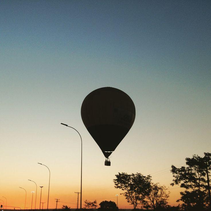 Balão se preparando para pousar num fim de tarde em Brasília