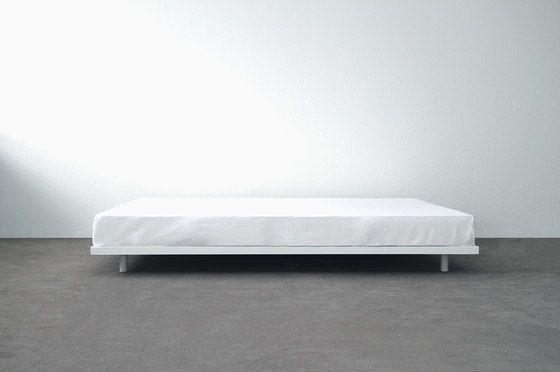 dieses superschlichte bett aus weiss pulverbeschichtetem stahl hat einen komplett verschweissten. Black Bedroom Furniture Sets. Home Design Ideas