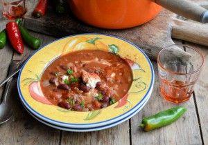 Мексиканский томатный суп с чили и фасолью