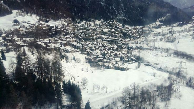 Leukerbad   E' un comune del Canton Vallese di 1 596 abitanti. È situato in fondo alla Valle della Dala, 15 km a nord del paese di Leuk, all'inizio della valle. Il paesaggio che circonda il villaggio è particolare: su un versante la località è attorniata da un'immensa parete di roccia, l'altro versante invece è boschivo.  Visitabile anche su www.mondoscatto.net sezione Europa - Svizzera.