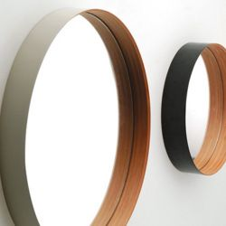 竹集成材の曲げ特性を活かした壁掛けミラーです。横から見ると縁が鏡に映りこみ、筒が浮いているかのような錯覚を与えます。和洋を問わずどんなシーンにも溶け込み、永く使って頂けるデザインです。センプレカタログ 23