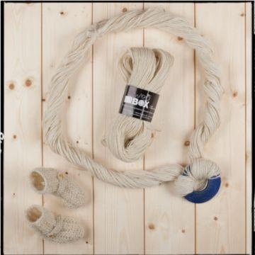Filato realizzato in lana 100% LEICESTER LONGWOOL nm. 5/6 100g=180 m ca. ferri consigliati 4/5 La morbidezza del filato, la sua mano e la lucentezza serica fanno della lana una fibra rarissima, che trova suo degno impiego in scialli e sciarpe, maglioncini leggeri eleganti.
