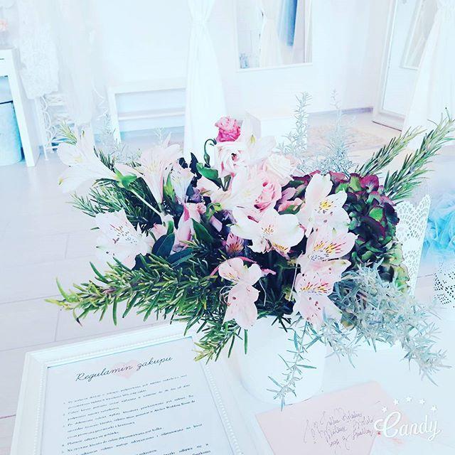 Za kwiaty dziekujemy dzis bardzo wspanialej Paulinie z @apdeco.flowers #weddingroom #apdeco #kwiatynawesele #dekoracje #slubneatelier #rozmaryn #slubnerewolucje #bridetobe #bridal #lovedress